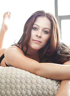 Очень милая девушка в красивом нижнем белье черного цвета - фото #2