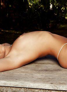Откровенная фото сессия сексапильной брюнеточки - фото #5