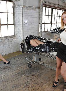 Гламурная блондинка садится на пенис после качественного минета - фото #15