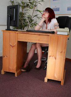 Рыжая секретарша бальзаковского возраста разделась на работе - фото #1