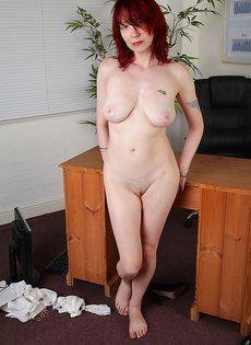 Рыжая секретарша бальзаковского возраста разделась на работе - фото #16