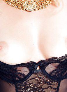 Очаровательной блондинке в чулках хочется мужской ласки - фото #4