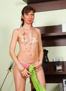 Зрелой дамочке не мешало бы выбрить влагалище - фото #4
