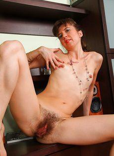Зрелой дамочке не мешало бы выбрить влагалище - фото #10