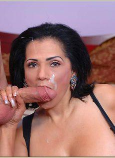 Красивая женщина после секса получила сперму на лицо - фото #14