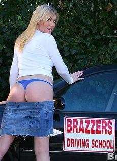 Блондинка возле машины показала сиськи и киску - фото #8