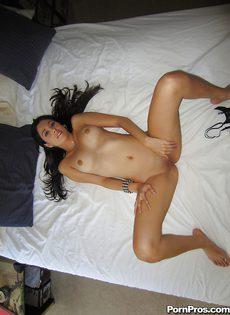 Молодая брюнетка мастурбирует промежность у себя дома - фото #10