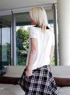 Любвеобильная студентка в черных чулочках - фото #11