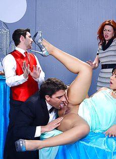 Половое сношение с латиноамериканкой Rose Monroe в ресторане - фото #3