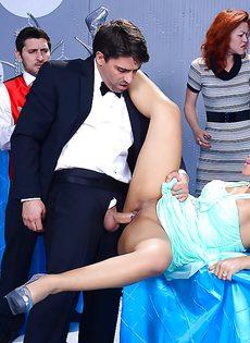 Половое сношение с латиноамериканкой Rose Monroe в ресторане - фото #4