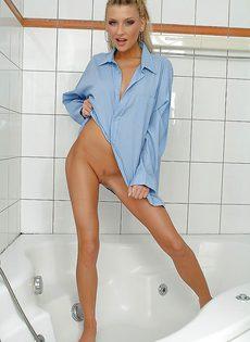 В ванной позирует обворожительная стройная блондинка - фото #1