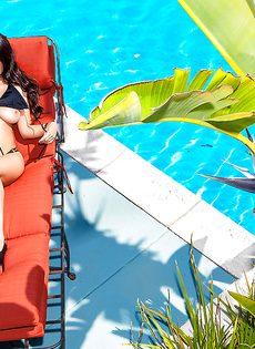 Голая латиноамериканская девушка загорает под палящим солнцем - фото #3