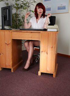 Рыжая начальница устроила мастурбацию в кабинете - фото #1