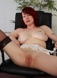 Рыжая начальница устроила мастурбацию в кабинете - фото #10
