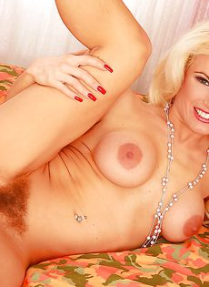 Блондинка Виктория с большими сиськами и волосатой киской - фото #13