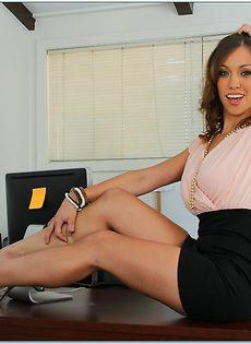 Фото сессия очаровательной секретарши в офисе - фото #4