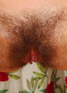 У зрелой худенькой брюнетки очень мохнатая промежность - фото #16