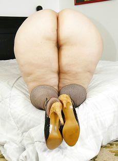 Толстая развратница гладит дырку между ногами - фото #16
