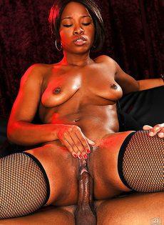 Парнишка предложил темнокожей танцовщице секс - фото #10