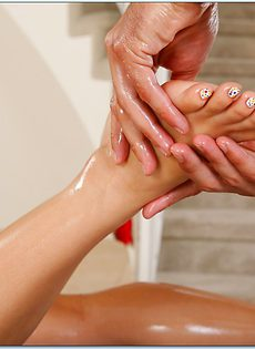 После массажа трахнул молоденькую клиентку в удобной позе - фото #3