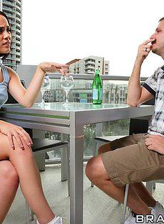 Милашка Kristina Rose присела горячей пизденкой на половой член - фото #3