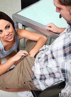 Милашка Kristina Rose присела горячей пизденкой на половой член - фото #4