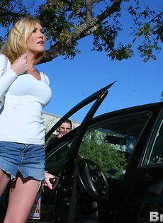 Возле машины блондинка Виктория дала себя трахнуть - фото #1