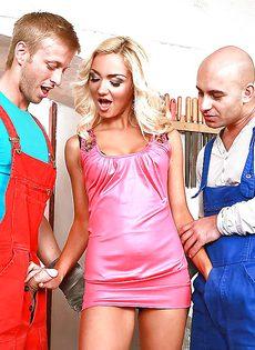 Длинноногая блондинка удовлетворила двух парней своим ротиком - фото #5