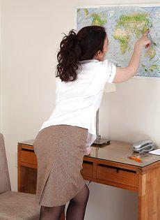 Брюнетка показывает очень волосатые дырки на работе - фото #1
