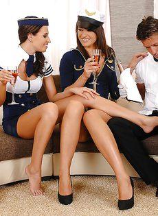 Горячее половое сношение с очаровательными стюардессами - фото #2
