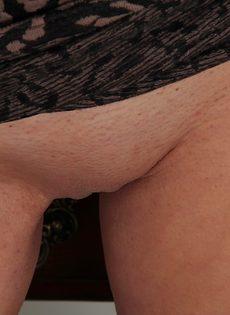 Игривая брюнетка демонстрирует розовую киску на рабочем месте - фото #7