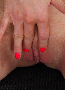 Игривая брюнетка демонстрирует розовую киску на рабочем месте - фото #10