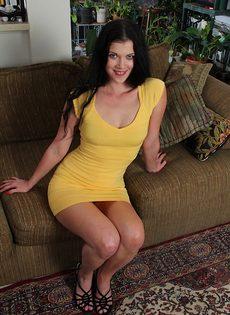 Улеглась на диван и нежно поводила пальцами по промежности - фото #3