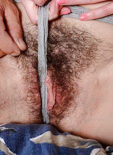 Дерет зрелую темноволосую подружку в волосатое влагалище - фото #2
