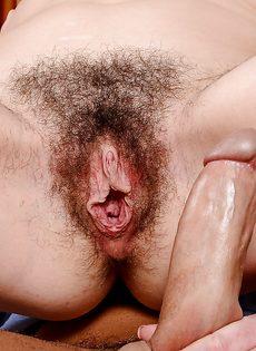 Дерет зрелую темноволосую подружку в волосатое влагалище - фото #14