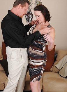 Женщина с мохнатой дыркой дрочит пенис мужа ножками - фото #2