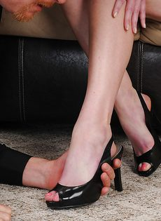 Женщина с мохнатой дыркой дрочит пенис мужа ножками - фото #5