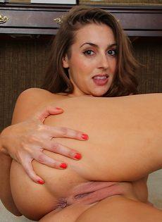 Серьезная красавица трогает бритую киску пальчиками - фото #11