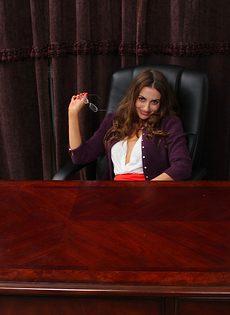 Секретарше стало скучно на работе и она начала раздеваться - фото #1