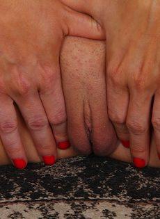 Красавица сидит на полу и трогает выбритую киску - фото #15