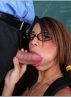 Студентка в очках делает минет преподавателю перед сексом - фото #1