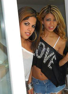 Латинские подружки чувственно целуются - фото #15