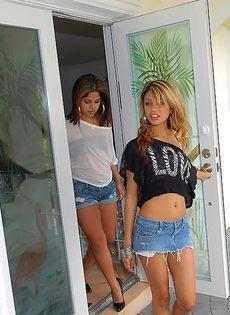 Латинские подружки чувственно целуются - фото #16