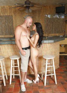 Лысый парнишка сунул пенис в ротик латинской девахи - фото #2