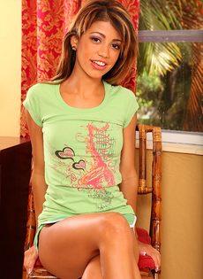 Фото обнаженной молоденькой латинки с маленькой грудью - фото #4