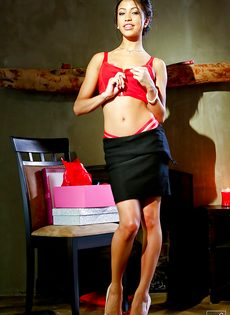 Тоненькая секретарша пришла с работы и раздевается - фото #5
