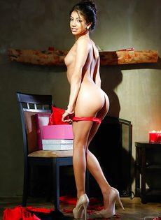 Тоненькая секретарша пришла с работы и раздевается - фото #13