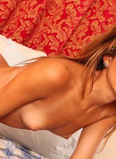 Сладенькая и выбритая киска молоденькой худенькой девушки - фото #1