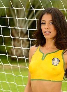 Шикарная фото сессия с футбольным мячом от миленькой девушки - фото #2