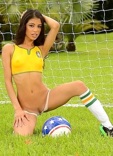 Шикарная фото сессия с футбольным мячом от миленькой девушки - фото #12